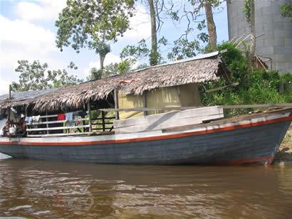 Bote al costado de casa flotante